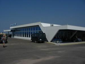 Севастопольский аэропорт окружили российские военные