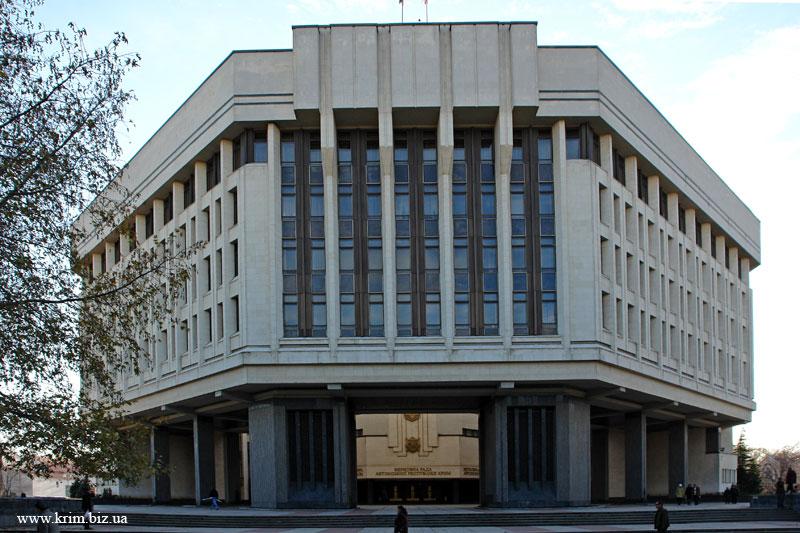 Депутатов начали пускать в захваченный Верховный Совет Крыма