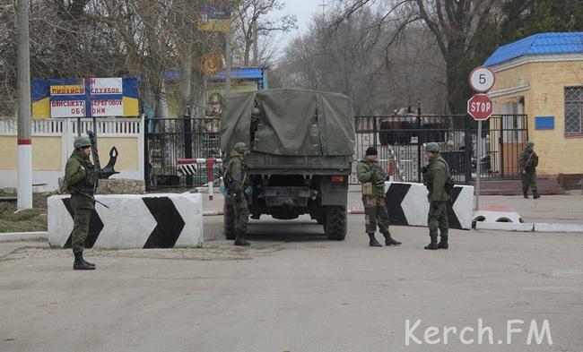 Керченскую воинскую часть окружили военные