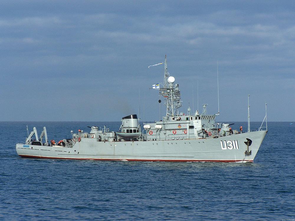Российские военные пытаются высадиться на борт корабля