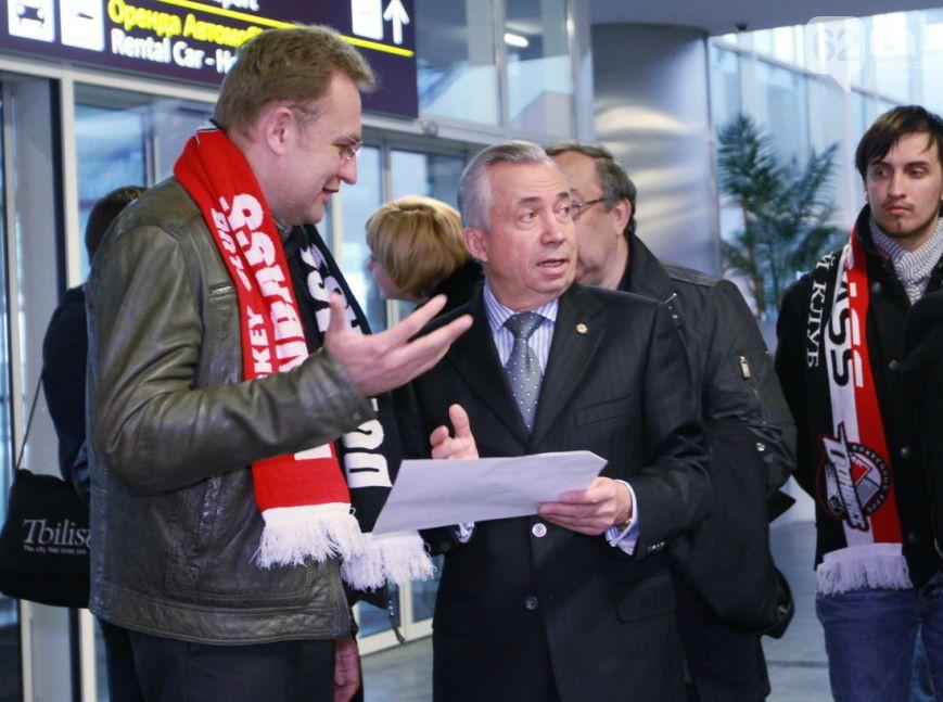 Мэр Львова со студентами прилетел в Донецк на хоккей