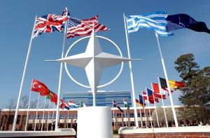 НАТО отправляет корабли к российским границам