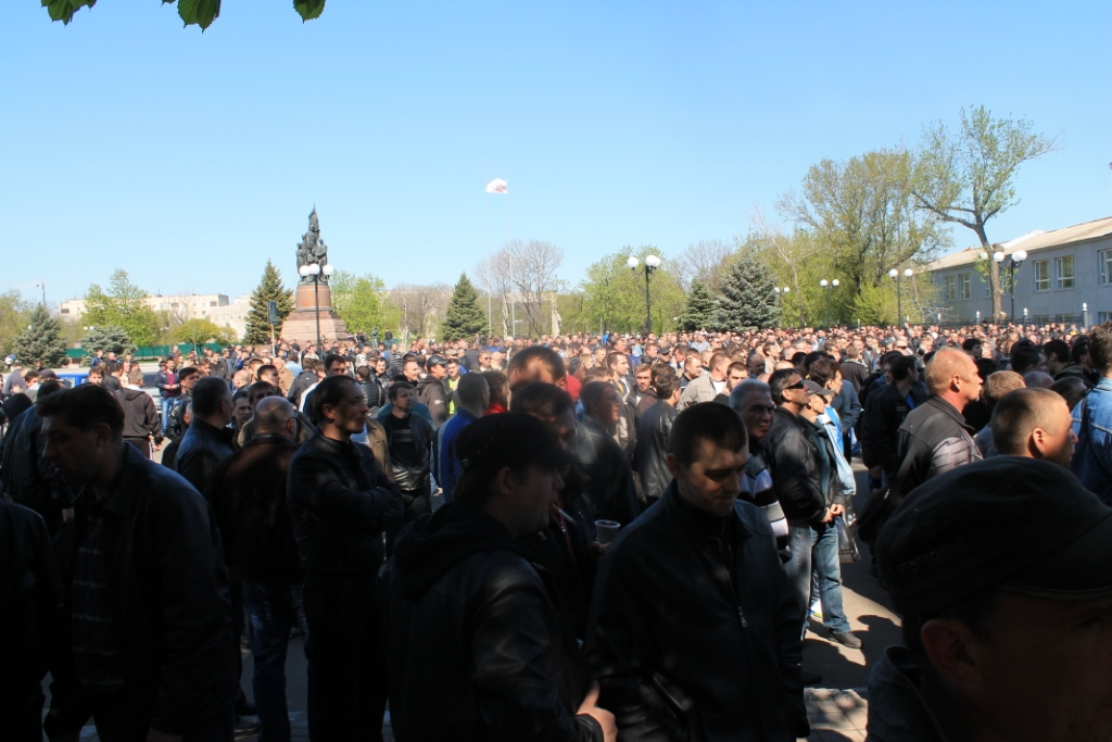 """Митинг перед административным зданием """"Краснодонуголь"""". Фото: Hubs"""
