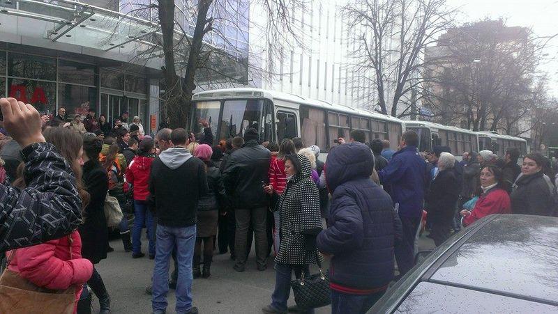 В Харькове разгромили автобус с курсантами МВД (ВИДЕО)