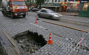 В центре Киева перекрыли улицу из-за провала дороги