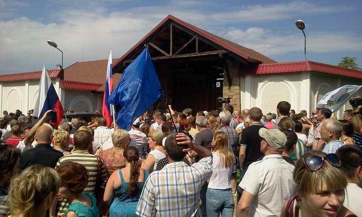 Митингующие под резиденцией Ахметова: «Открывай ворота, мы пришли брать свое!»