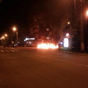 В Мариуполе стреляют и палят шины