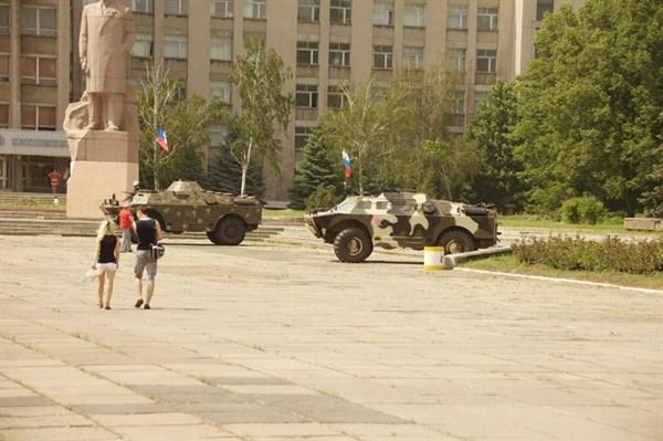 Горловка: перекрыто движение, на зданиях - снайперы, приехали два БМП