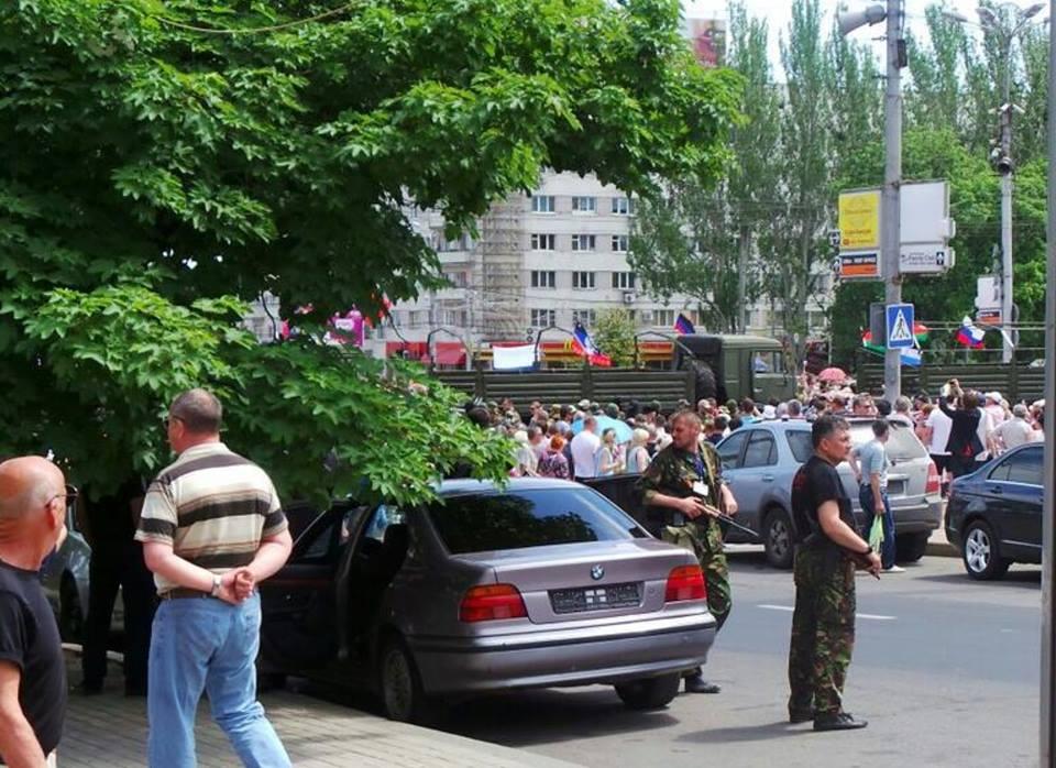 Колонна сторонников ДНР отправилась к резиденции Ахметова