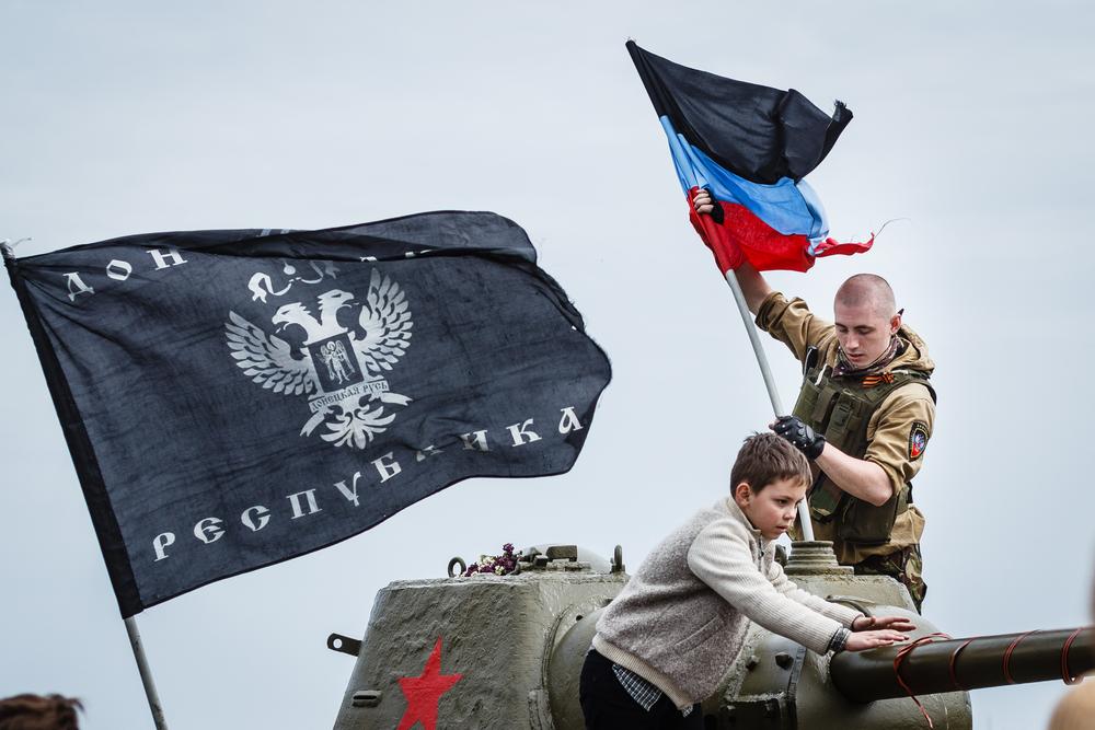 В центре Донецка террористы обстреливают вертолет