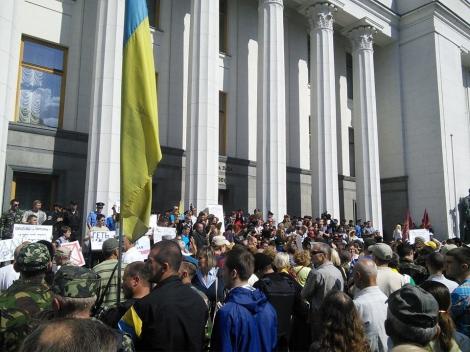 Активисты митингуют под Радой – требуют перевыборов