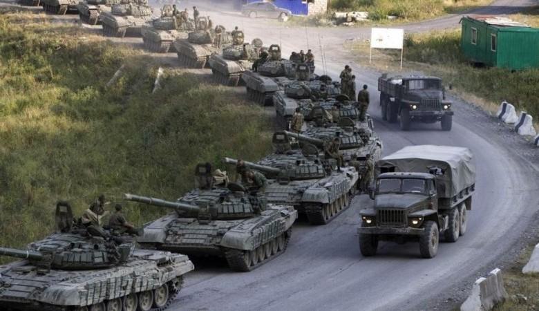Россия стягивает военную технику к границе