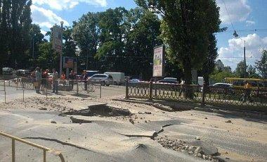 В центре столицы провалился асфальт. Видео