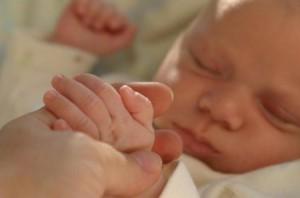 Кабмин увеличил размер помощи при рождении ребенка