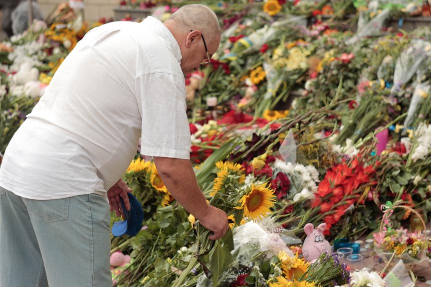 Украинцы несут цветы к голландскому посольству