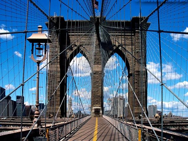 В Нью-Йорке частично обвалился Бруклинский мост