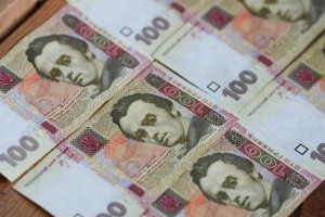 Средняя зарплата в Украине выросла до 3481 грн