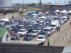 Более трех тысяч авто простаивают на Керченской переправе
