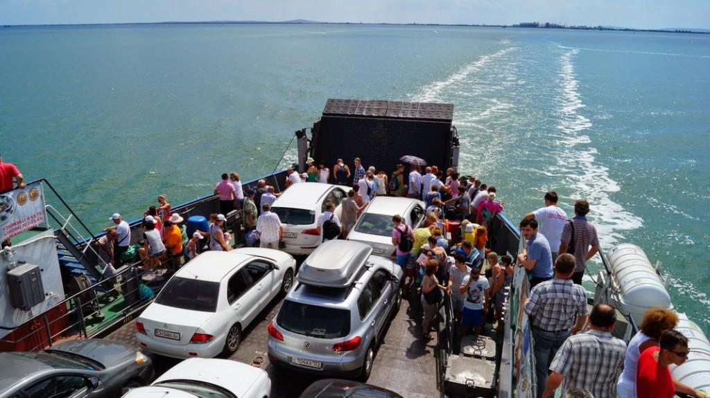 За сутки очередь на паром в Крым выросла до двух тысяч авто