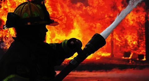 В Киеве горит офисное здание на Подоле
