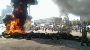 Активисты Майдана бросают «коктейли Молотова» в бойцов батальйона «Киев-1»