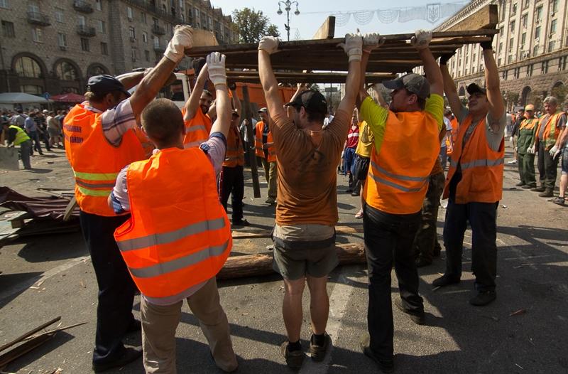 Киев: Коммунальщики разбирают баррикаду на ул. Институтской