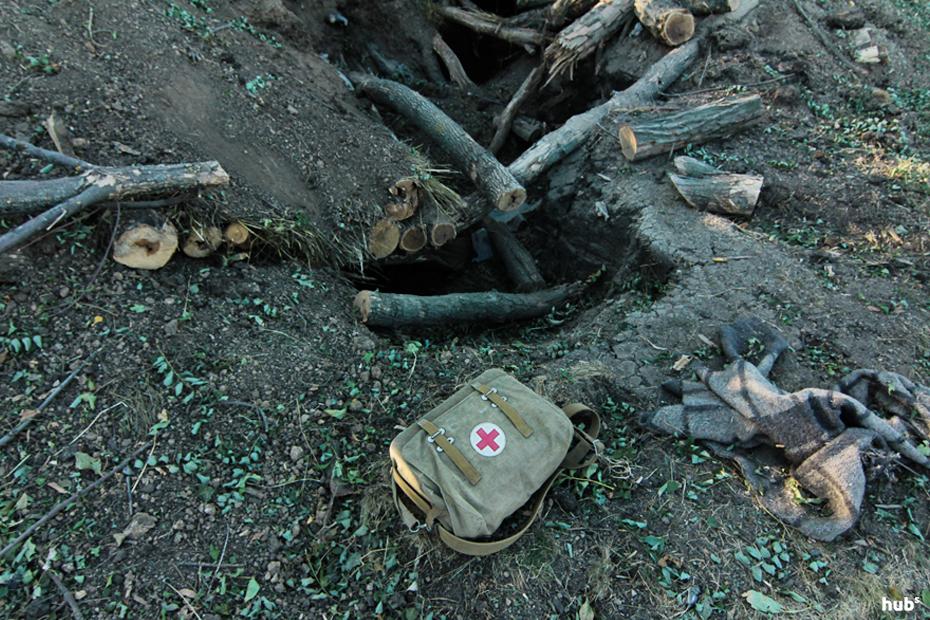 """Разрушенный попаданием снаряда блиндаж на блок-посту возле пункта пропуска """"Новоазовск"""""""