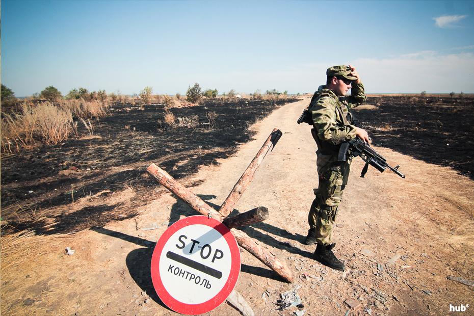 Выжженное поле после обстрела установками ГРАД возле села Холодное Донецкой области