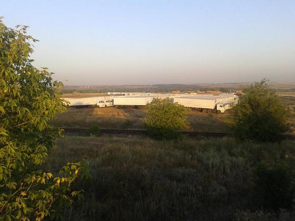 Гуманитарный конвой разбил лагерь на границе с Украиной. Фото