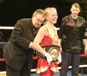 Украинская боксерша продает чемпионский пояс в поддержку бойцов АТО