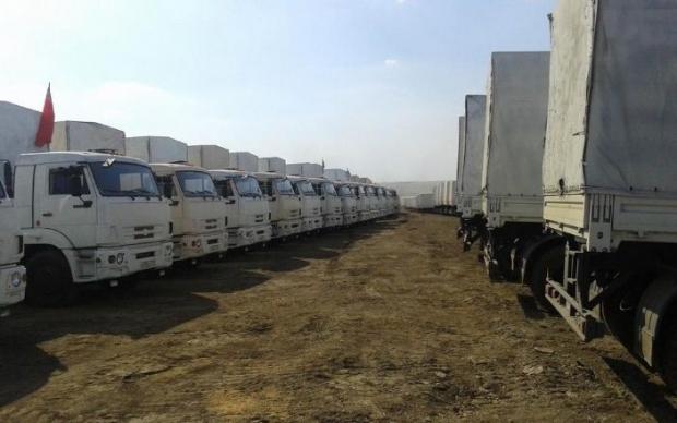 Гуманитарный конвой РФ остановился в 20 км от Украины. Фото