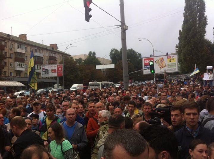 Киев: Колонна митингующих начала движение в сторону АП