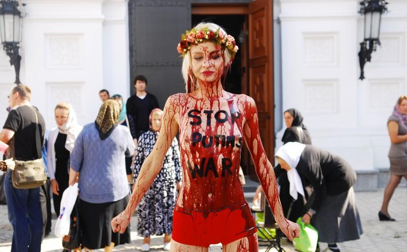 Активистка FEMEN облила себя кровью. Фото