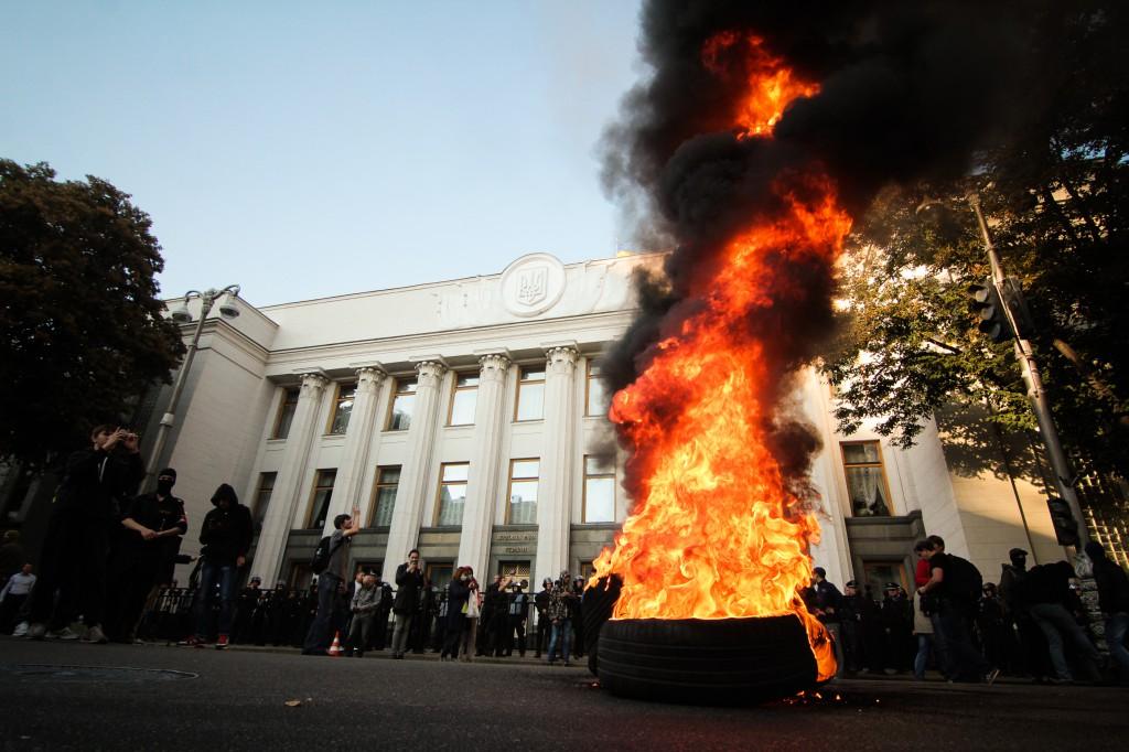 Под радой сегодня снова горели покрышки (фоторепортаж)