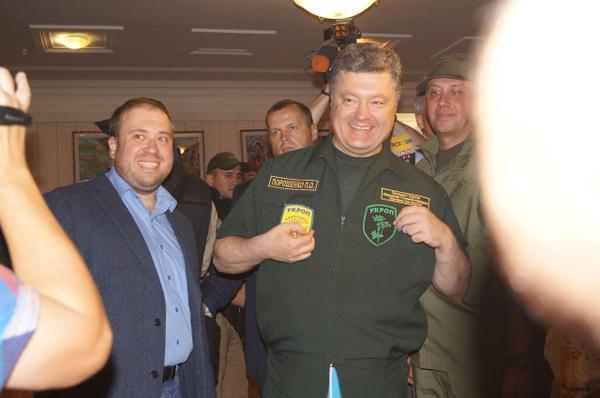 Порошенко в Мариуполе продемонстрировал шевроны УКРОП