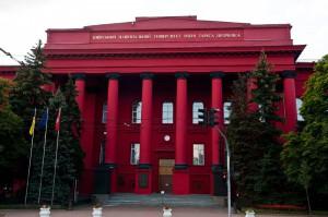 Количество студентов в Украине уменьшилось вдвое