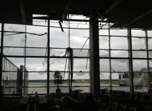 В аэропорту Донецка вывесили украинский флаг. Видео