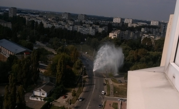В Киеве посреди улицы появился 10-метровый фонтан. Видео