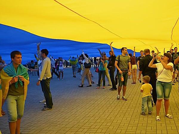 Розгортання в Маріуполі українського прапору. Фото: 24 канал