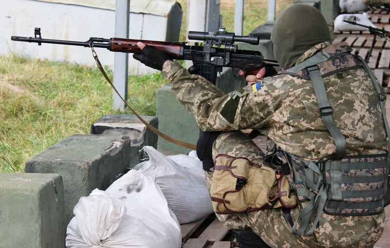 Боевики уже несколько часов обстреливают украинских военных