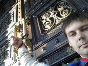 Крымчанин приковал себя к дверям Нацбанка