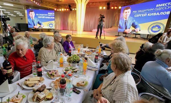 Кивалов угощает избирателей вином. Фото