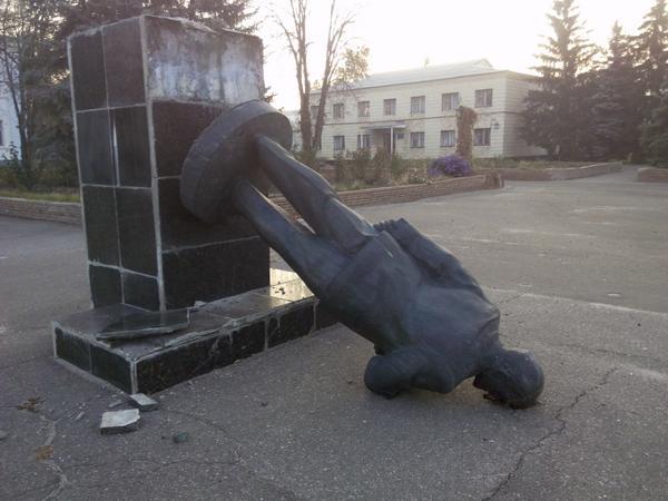 В Луганской области снесли памятник Ленину. Фото