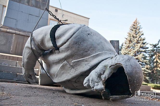 В Кривом Роге снесли памятник Ленину. Фото