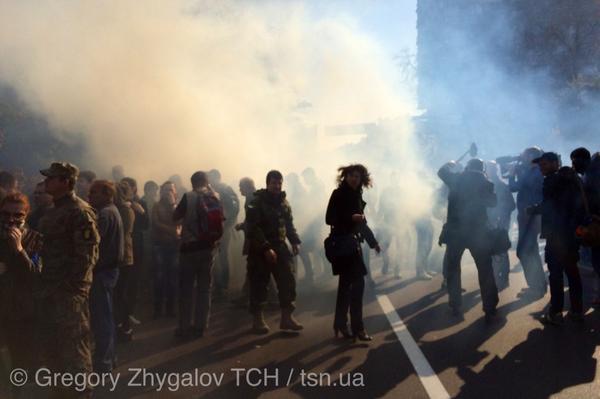 Под Радой бросают дымовые шашки. Фото