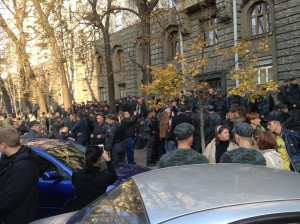 Бойцы Нацгвардии под зданием АПУ требуют демобилизации. Онлайн трансляция