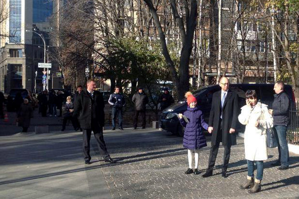 Яценюк идет голосовать