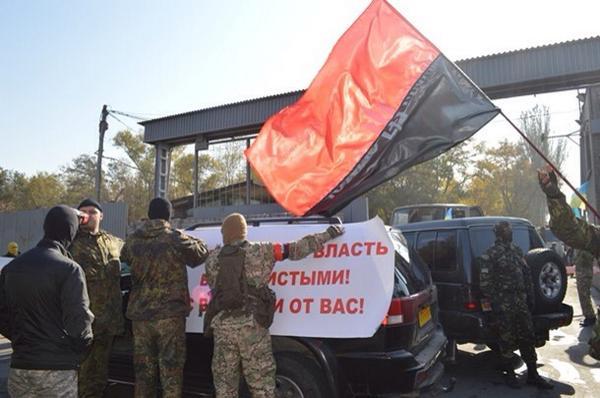 Неизвестные в масках заблокировали меткомбинат Ахметова