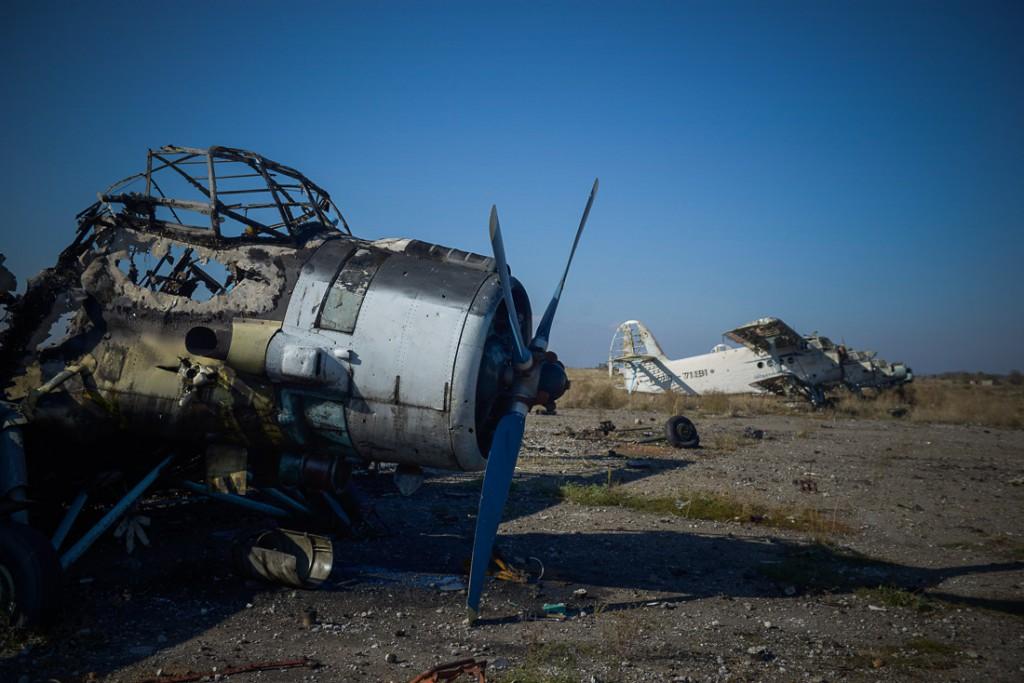 Разбомбленный аэропорт Луганска. Фото