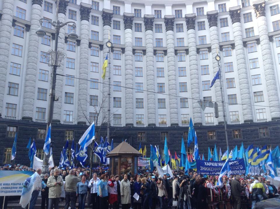 Кабмин пикетируют пять тысяч активистов ФПУ. Фото
